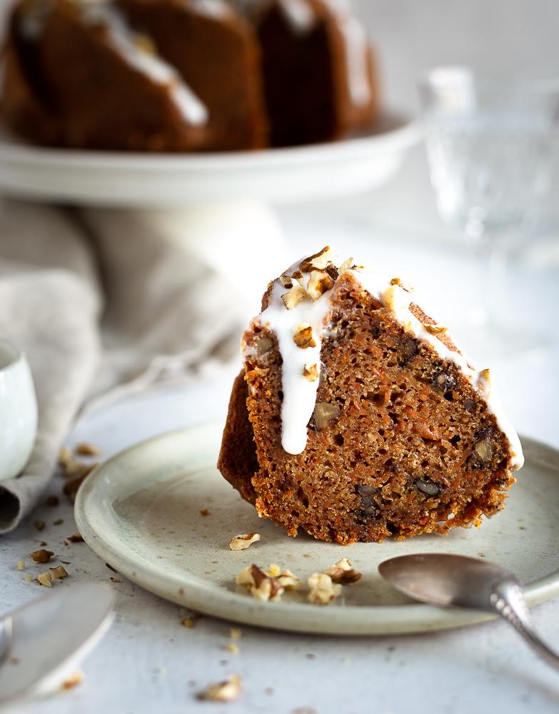 Un carrot cake façon bundt cake pour le plaisir des yeux mais sans oublier le plaisir des papilles. Ultra moelleux grâce à une grande quantité de carotte, un peu de croquant apporté par les noix, ce carrot cake est aussi super parfumé grâce aux épices, le tout en version végane et sans gluten !