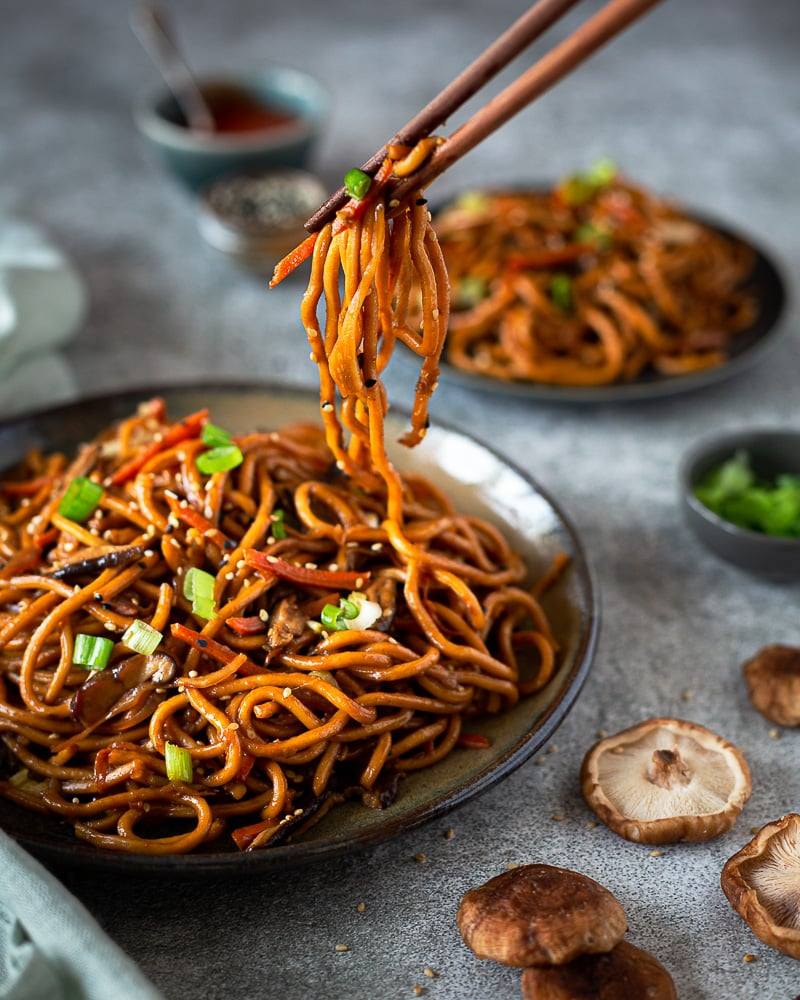 Vous connaissez le chow mein ? C'est tout simplement l'une des meilleures recettes de nouilles sautées aux légumes que je connaisse ! Et en plus, elle est super facile à faire.  Recette vegan et sans gluten