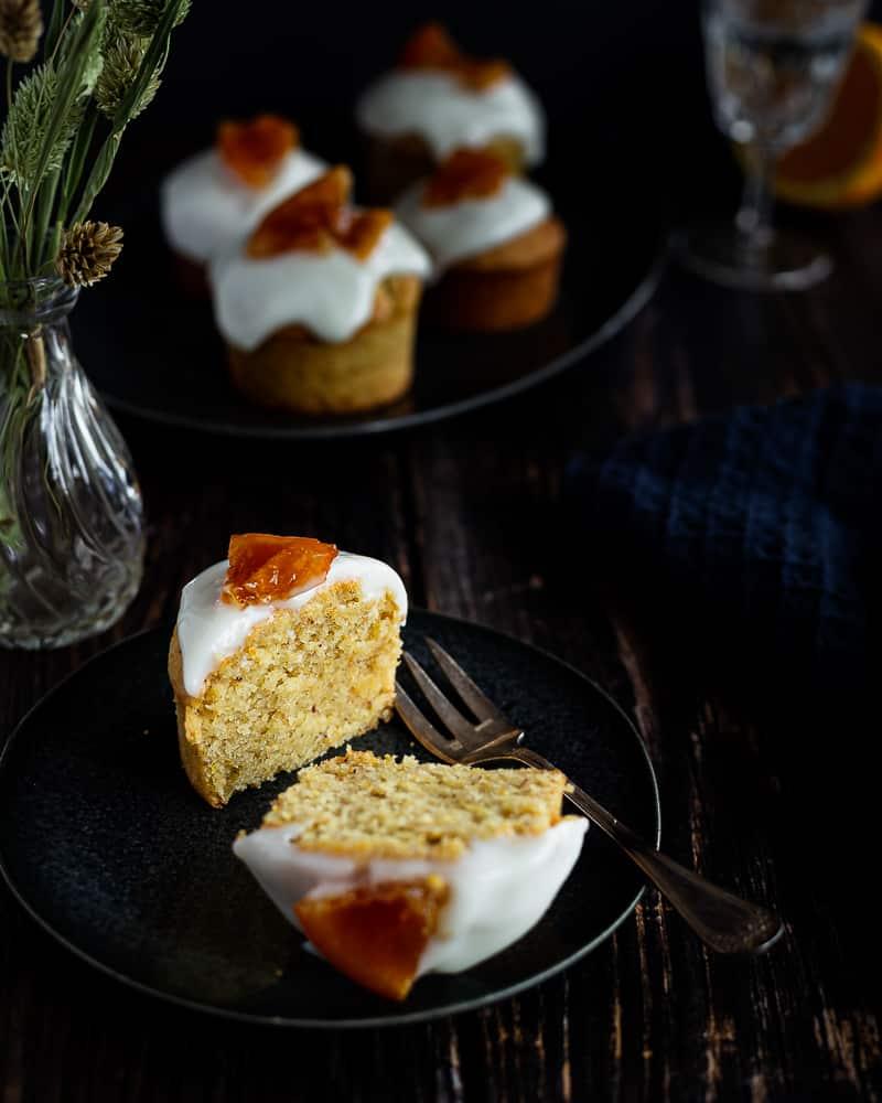 Des muffins à l'orange vegan super moelleux et délicatement parfumés à l'orange. Ils se préparent en moins de deux et sont sans sucre raffiné. Ils sont parfaits pour le petit-déjeuner, au goûter ou en dessert !