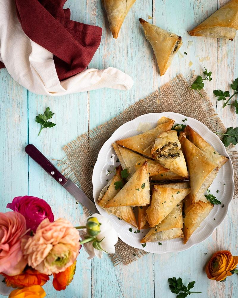 Si vous aimez les samoussas, vous allez adorer ceux-là : aux blettes, fêta et cumin ! Cette recette est végétarienne et délicieuse :)
