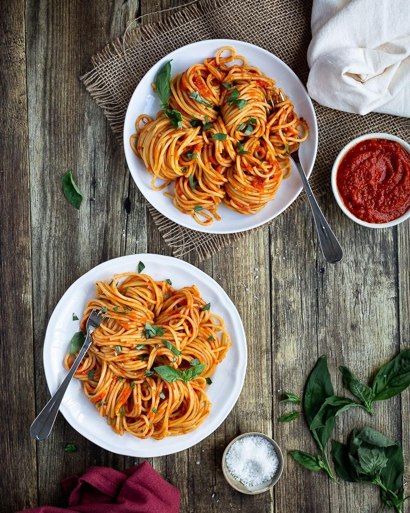 Vous cherchez une sauce tomate maison qui fonctionne avec tout ? N'allez pas plus loin, elle est là ! Cette sauce est parfaite pour des plats de pâtes, des pizzas, et comme base pour à peu près tout ce que vous pouvez imaginer : lasagnes, gratin, boulettes, pizzas ! La recette est vegan !