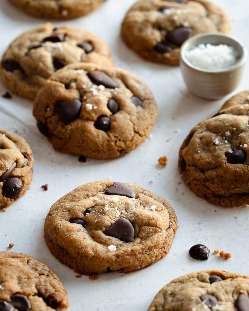 Des cookies vegan chocolat noir et huile d'olive avec une pointe de fleur de sel ou la définition du bonheur à manger. Croustillants à l'extérieur et moelleux à l'intérieur, ils sont à tomber !