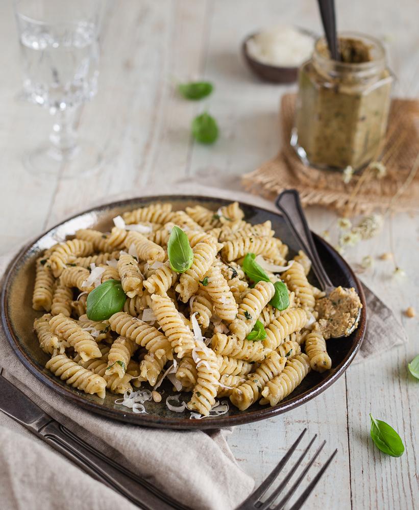 Voici une recette de Pâtes à la Crème d'Aubergine Rôtie, Basilic et Parmesan. Très simple à préparer, elle s'inspire du pesto. L'aubergine apporte un crémeux incomparable !