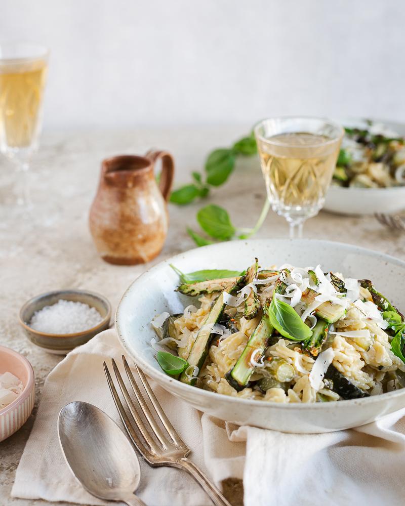 Allez, on profite encore un peu de la saison des asperges vertes avec cet orzotto aux courgettes, asperges et citron. Parfait pour changer agréablement du risotto !