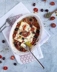 Voici une recette de fêta grillée au four aux olives et aux tomates cerises. Toute simple à préparer, c'est absolument délicieux !