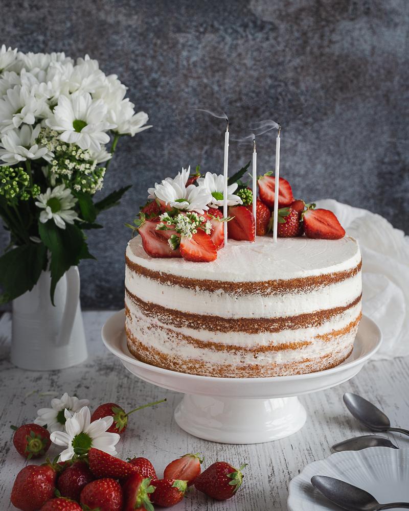 Le naked cake dans toute sa spleudeur ! Une génoise moelleuse et riche à la vanille, une compotée de fraises gourmande et une chantilly au mascarpone tout en légèreté. Amusez-vous à le décorer avec des fruits et/ou des fleurs selon vos envies.