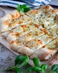 J'ai un coup de cœur absolu pour cette recette de Pain à l'Ail et au Fromage sur une Pâte à Pizza Maison ! Et découvrez mes conseils pour réussir la pâte à pizza maison :)