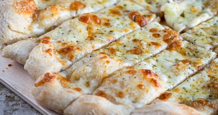 Pain à l'Ail et au Fromage sur une Pâte à Pizza Maison