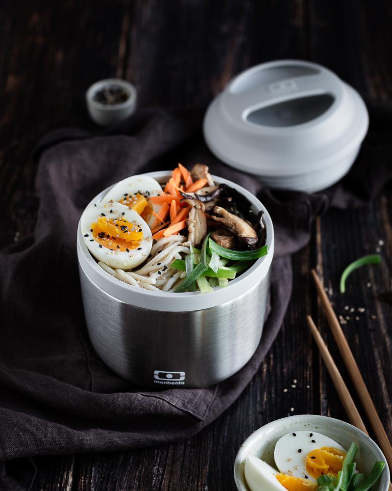 Je vous propose un Ramen Végétarien au Miso et Tahini ! J'ai utilisé une base de gingembre, ail et tahini pour apporter du goût et de la richesse au bouillon. Bien sûr, de la feuille de nori et du miso blanc (à ajouter en fin de cuisson).  Et après, une touche de vinaigre de riz et d'huile de sésame pour perfectionner le goût ! Puis, de toute façon, au-delà du bouillon, le kiffe est dans la garniture. Vous n'êtes pas d'accord ? Des œufs mollets, des shiitakés grillés à l'ail, de la cébette ! Miam miam miam
