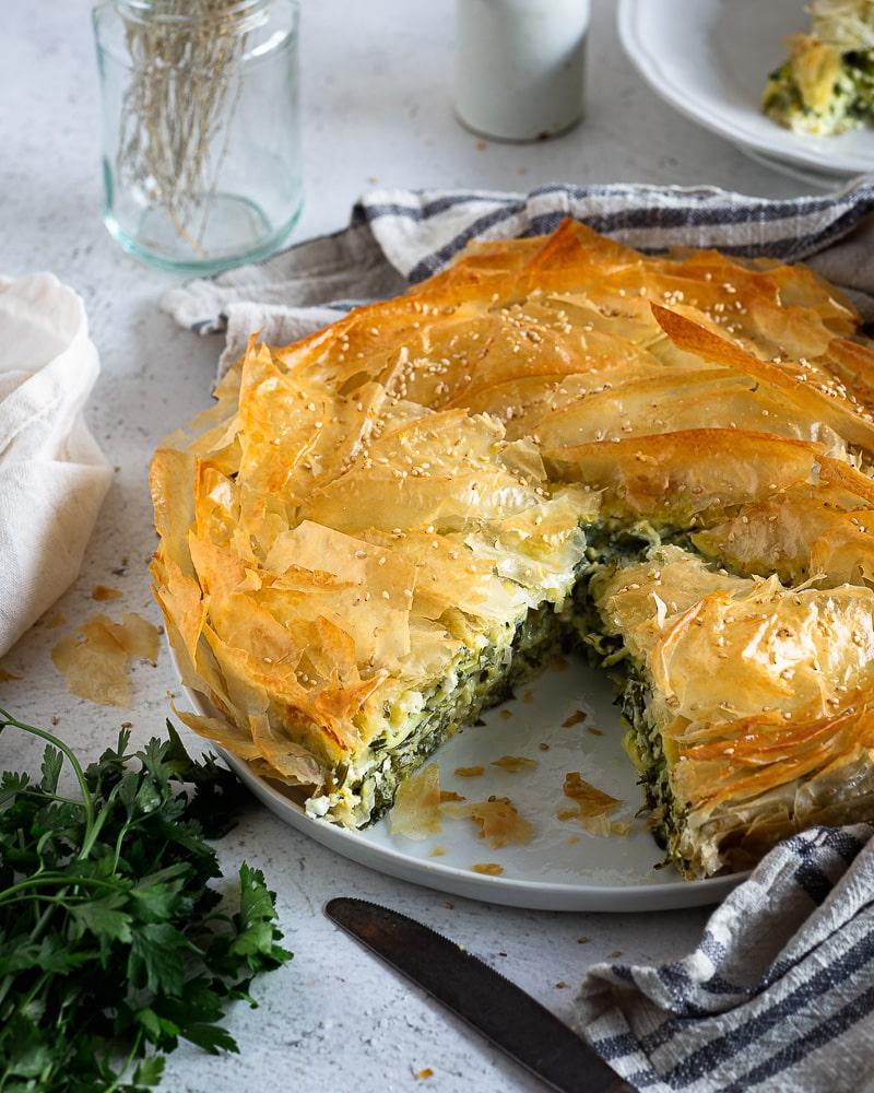 Vous connaissez cette version à la courgette du fameux feuilleté grec ? Il est plus connu à l'épinard (spanakopita). Sa version à la courgette (kolokithopita) est une délicieuse variation que je vous conseille carrément !