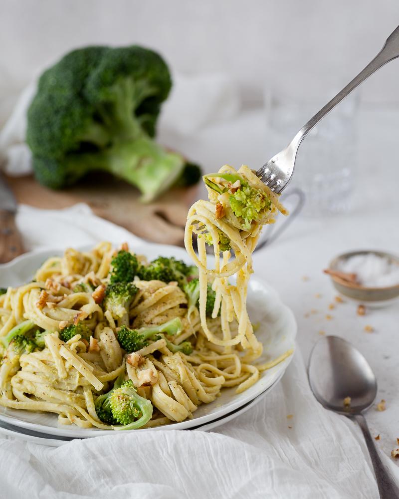 Quand vous cuisinez du brocoli, vous jetez le tronc ? Voici une recette qui utilise tout le brocoli, zéro déchet, pas de gaspi ! Je vous présente les linguines à la crème de brocoli ! Cette recette est végétarienne