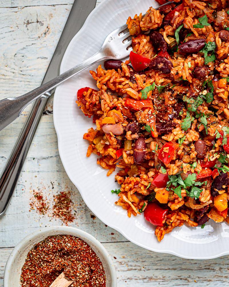 """Voilà une petite recette que j'avais hâte de vous partager : le Riz rouge aux épices Cajun ! On y retrouve des des petits légumes, des légumineuses, des épices à foison et une cuisson """"one pot"""" qui assure un max de goût !"""