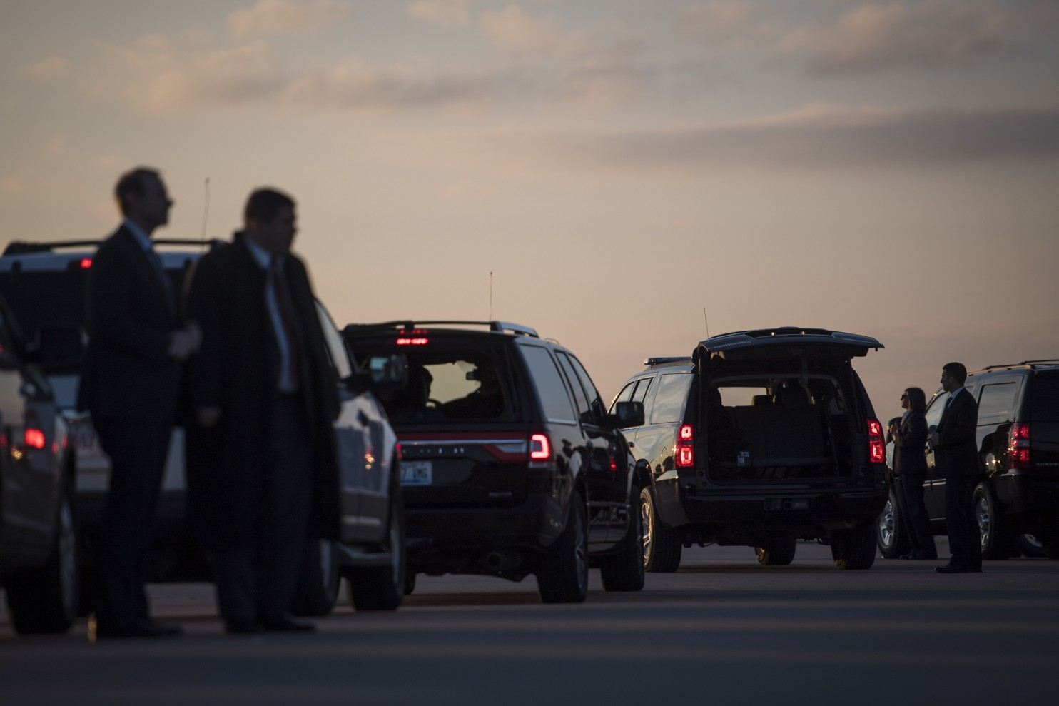 Secret Service members wait with a motorcade before President-elect Donald Trump disembarks his plane in Hebron, Ky., on Dec. 1, 2016. (Jabin Botsford/The Washington Post).
