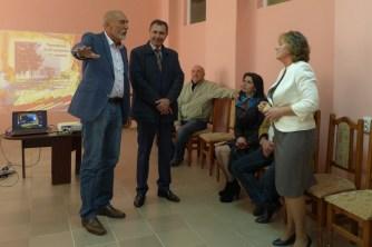 Schuldirektorin Tetyana Jaremko und Universitätsdozent Ivan Yatsiuk (stehend)