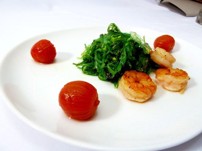 Wakame-Salat  marinierte Cherrytomaten  Garnelen