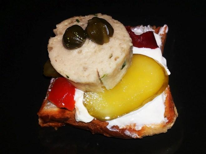 Weißwurst|süße Gewürzgurken|eingelegte Paprika | Kapern