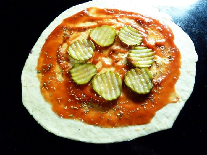 Belag Step 1: zuckerreduzierter Tomatenketchup, Oregano und Gewürzgurkenscheiben