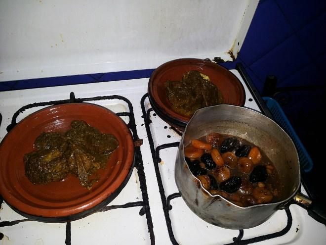Gegartes Rindfleisch aus dem Dampfdruck und gekochte Trockenfrüchte umgefüllt in die traditionelle Tajine