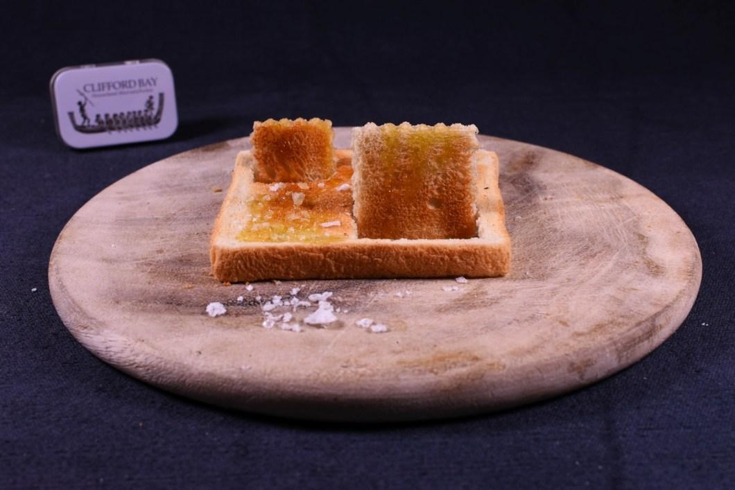 """Ganz einfach gerösteter Toast, Olivenöl und Gourmetsalz aus der """"mobilen Dose"""""""
