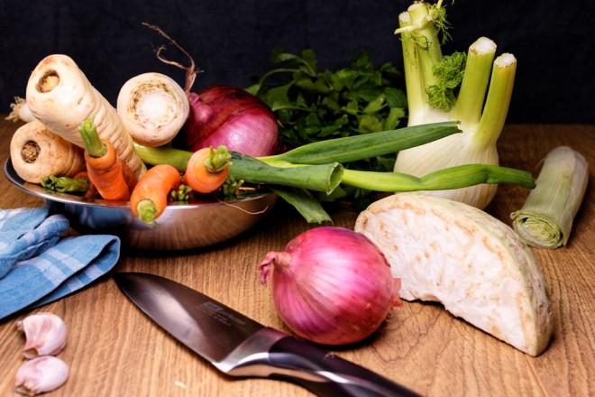 Frische Zutaten für einen selbstgemachten Gemüsebrühe-Mix