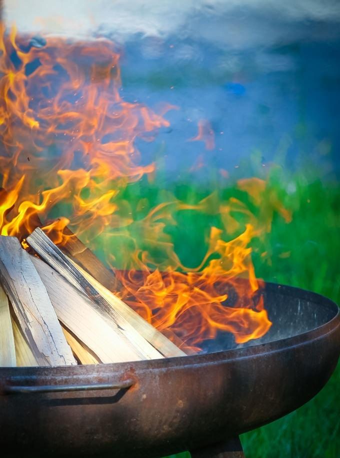 Foto von einem entzündeten Feuer als Trauritual bei einer freien Trauung