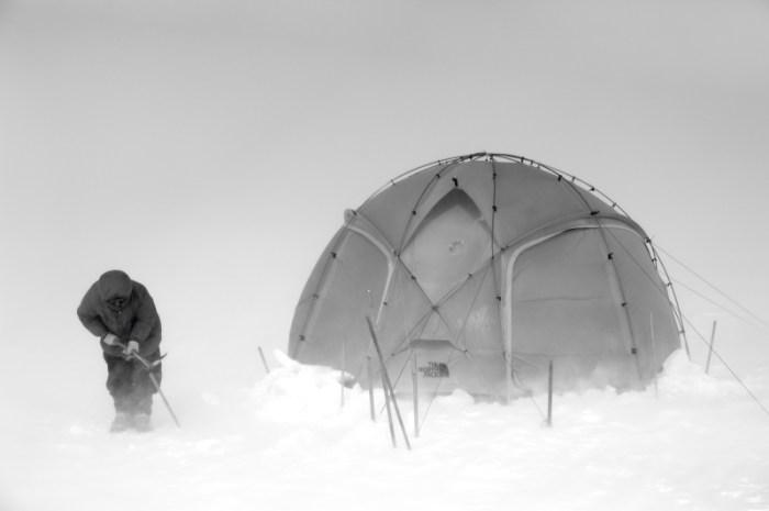 Zelt und Schaufel