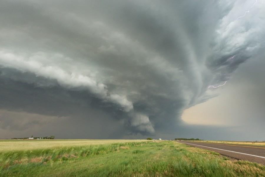 Eine Superzelle überquert einen Highway nördlich von Pratt,Kansas im Mai 2014