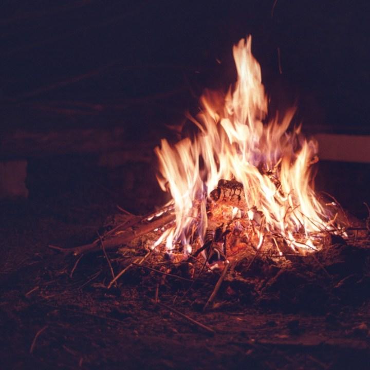 Lagerfeuer auf analogem Film fotografiert.