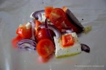 1) Gemüsepäckchen: Tomaten, Paprika, Zwiebeln, Knoblauch und Fetakäse klein schneiden. Portionieren. In Alufolie einpacken. Auf den Rost. Dazu Fladenbrot.