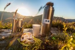 Kulinarik beim Wandern fängt schon im eigenen Rucksack an - ein warmer Tee und ein Zirbenschnaps - © Turracher Höhe/Attisani