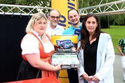 Geschäftsführerin Silke Holzner, Bürgermeister Rolf-Peter Holzleitner, Moderator Bernd Jungwirth und die glückliche Gewinnerin Andrea Fieger (v.l.) bei der Gewinnübergabe - Foto: Bayern-Park