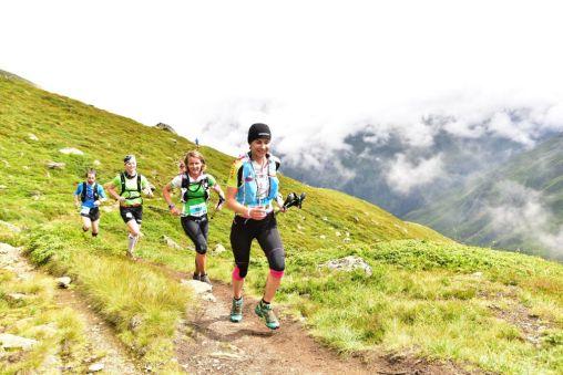 Läuferinnen des P26 auf dem Fuldaer Höhenweg - © Sportografen/TVB Pitztal