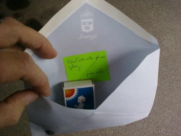 Att fylla ett kuvert.