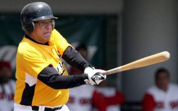 amlo-toma-una-pausa-para-jugar-beisbol-foto-medium