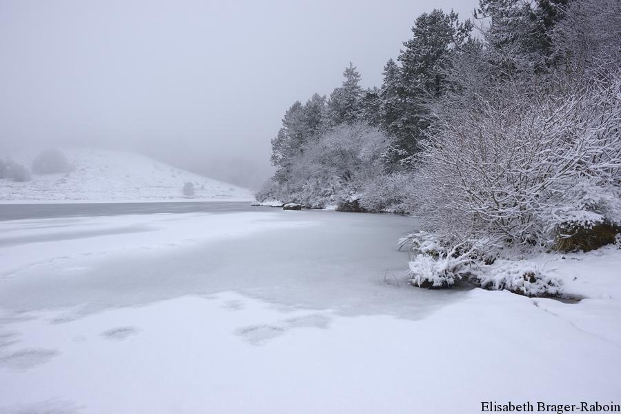 Lac des Pises et ses rives glacées.