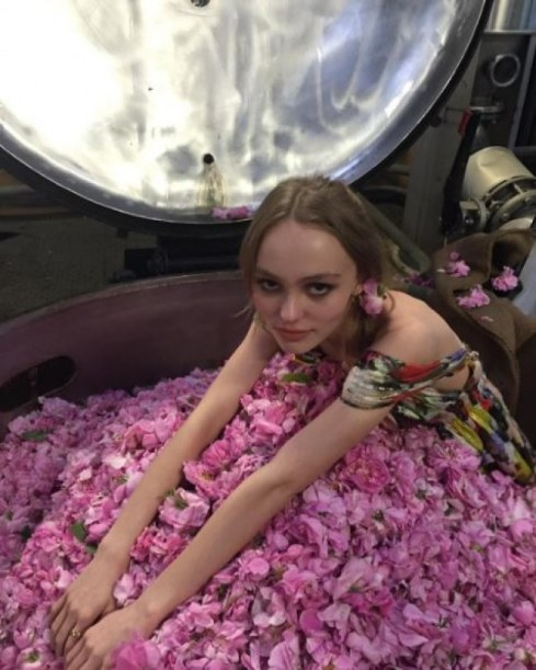lily-rose-depp-tease-la-campagne-chanel-n-5-sur-instagram-954909_w650
