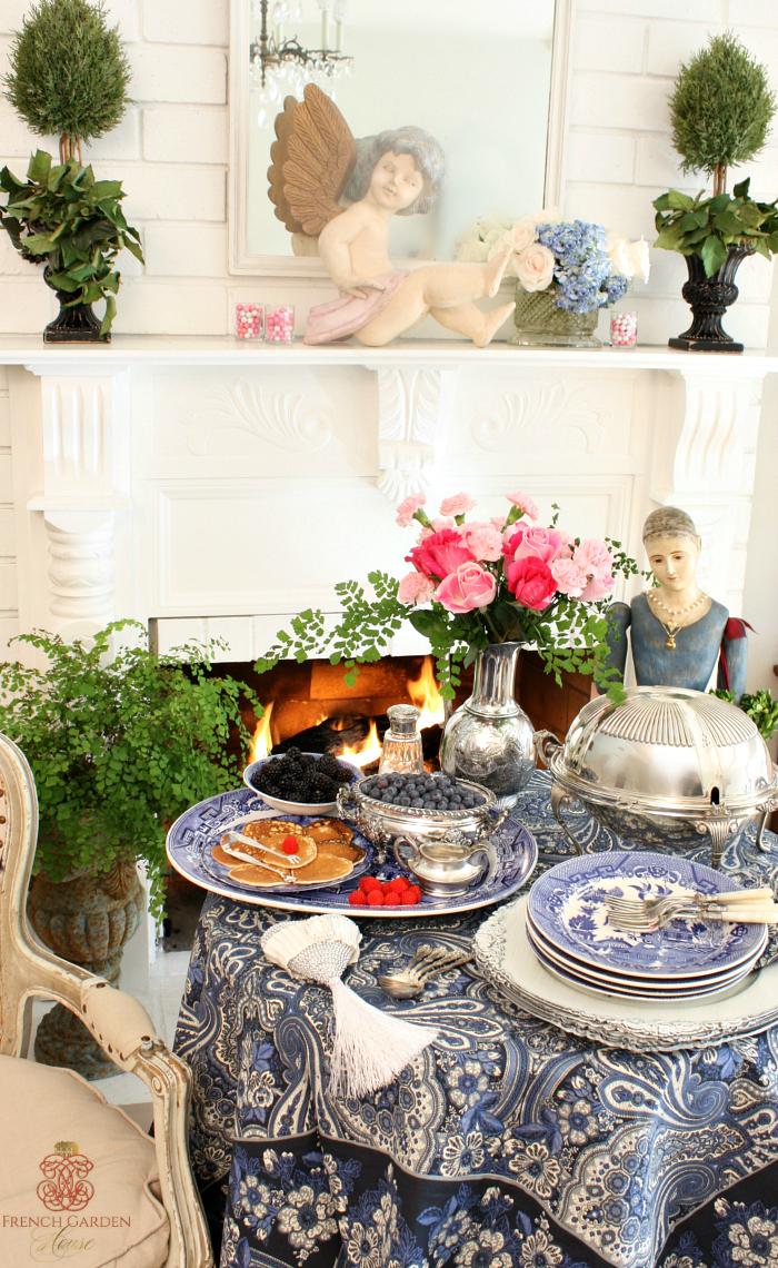 blue and white chinoiserie table