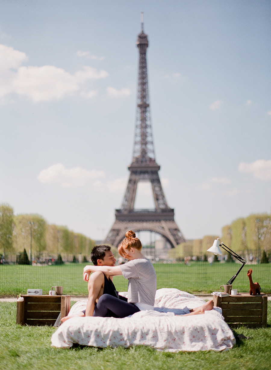 photo-shoot-at-the-eiffel-tower-with-a-bed-and-pajamas-01