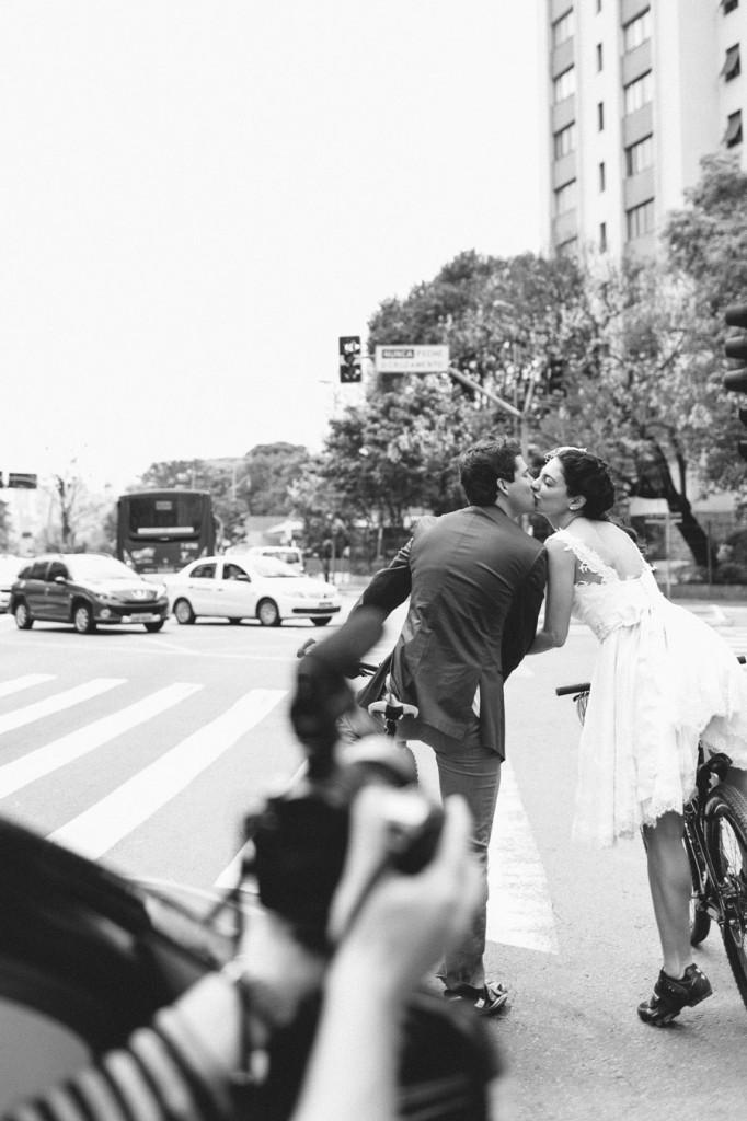 brazilian-picnic-wedding-bikes-frankie-marilia-07