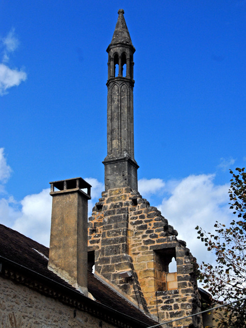 "The lantern of the dead or ""Saracen Chimney"" in Carlux © Jochen Jahnke - licence [CC BY-SA 3.0] from Wikimedia Commons"