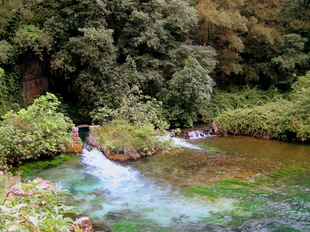 The water spring of Fontaine de Vaucluse © J O'Dea - French Moments