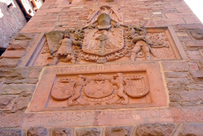 The coat of arms of Charles V topped by those of William II © French Moments