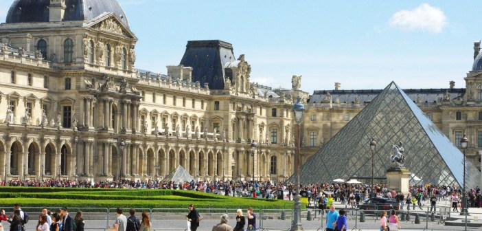 Louvre Cour Napoleon et Pyramide © French Moment