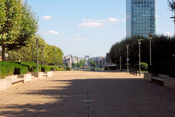 The esplanade of La Défense and the Arc de Triomphe in the distance © French Moments
