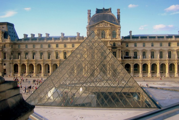 The glass pyramid, general entrance to the museum © French Moments