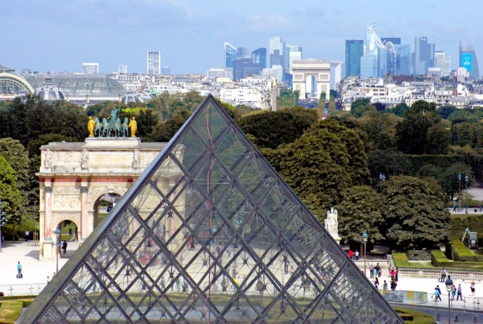 Glass pyramid and the historical axis of Paris © French Moments