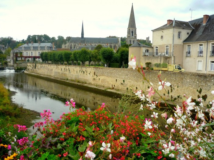 Remparts of Vendôme following the banks of the Loir River © French Moments