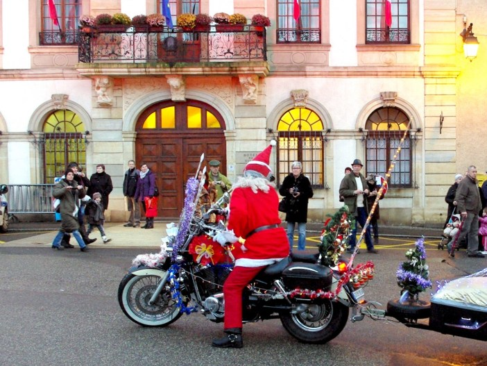 Santa Claus riding a motorbike in Altkirch, Alsace © French Moments