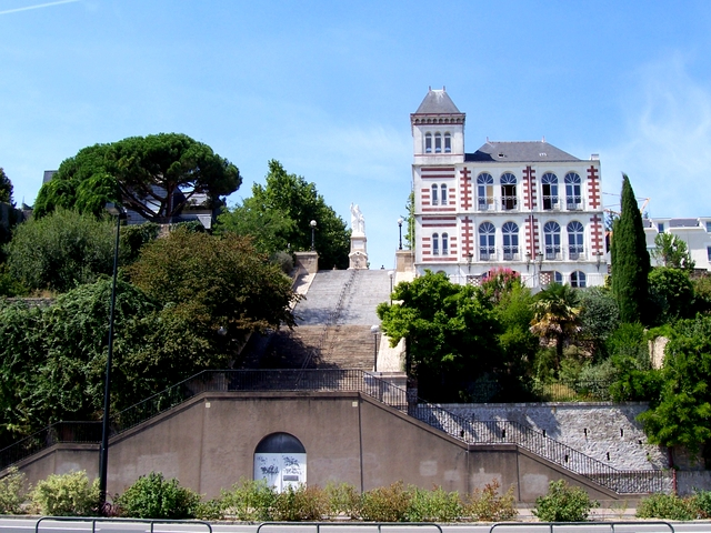 The Jules Verne museum on top of the Butte Sainte-Anne stairway © Pepie34 CC BY 2.0 FR from wikimedia commons