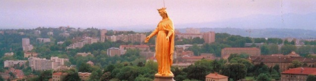 The gilded statue of the Virgin Mary on the 12th-century chapel on Fourvière Hill © French Moments